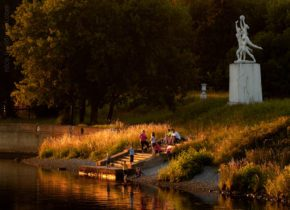Скульптура на берегу канала