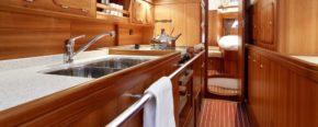 Салон C-Yachts C 12.50. Тик везде, но почему-то совсем не приедается.