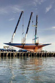 Корпус огромной яхты Endevour после ремонта спускают на воду