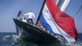 Флаг Нидерландов на корме яхты класса J-class Rainbow