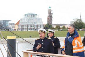 Офицеры барка в Бремерхафене вместе с работниками порта.